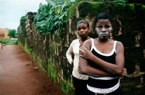 Девушки в Нигерии перед своим отъездом должны оставить у жреца вуду