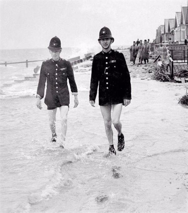 Английские полицейские патрулируют пляж, 1960-е.