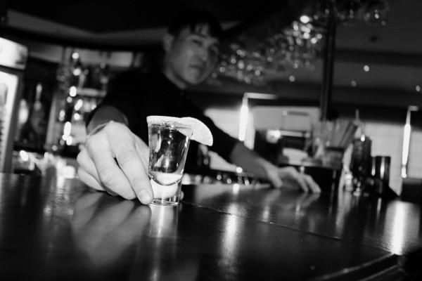 Парень у барной стойки фото фото 806-465