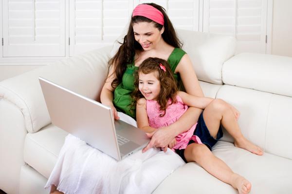 mom-and-preschooler-on-computer