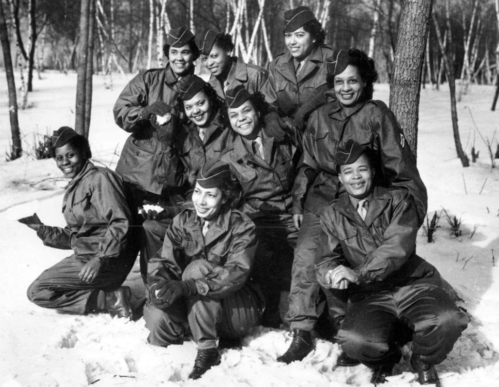 Члены Женского армейского корпуса (WAC) фотографируются в лагере, перед отъездом из Нью-Йорка 2 февраля 1945 года