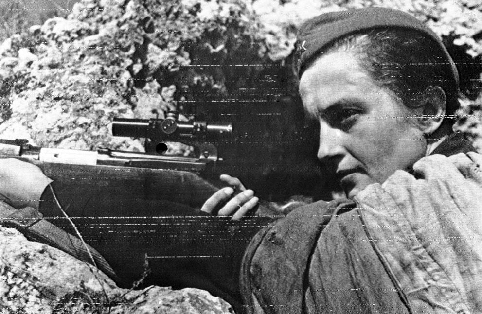 Оборона Севастополя. Это русская девушка снайпер Людмила Павличенко, которая, к концу войны, убила 309 немцев.