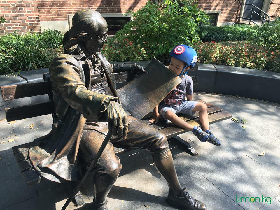 6. Знаменитая скамья с Бенджамином Франклином на кампусе Университета Пенсильвании
