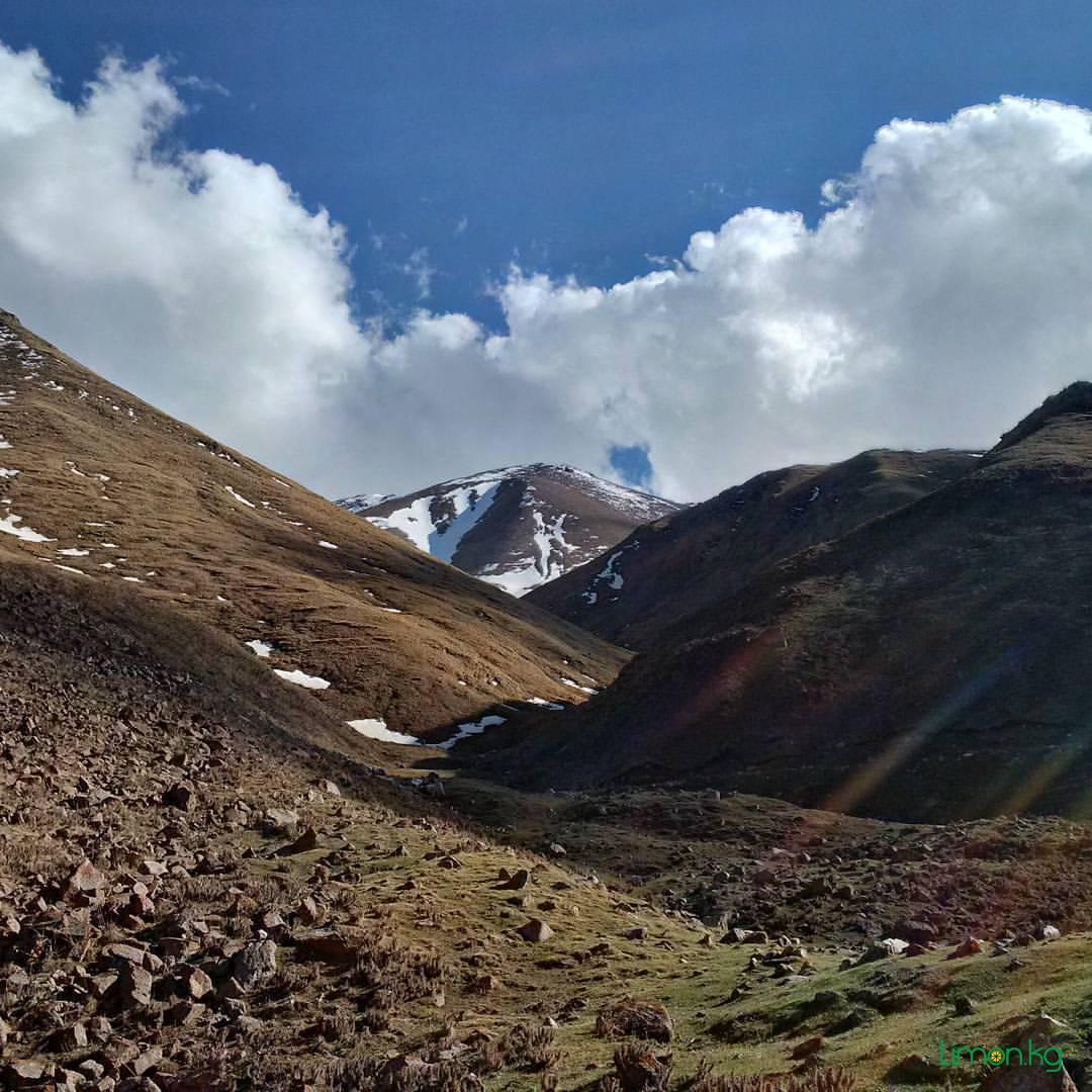 Величественные горы, широкие долины, мирные пастбища животных. Удивительное место, нетронутое человеческой цивилизацией. @ Kochkor District