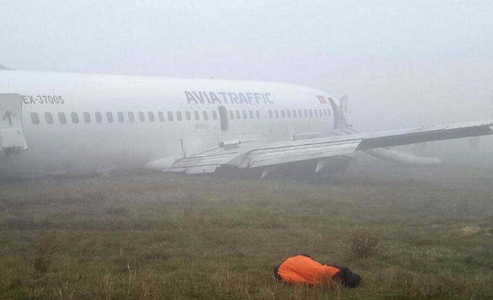 Самолет Боинг-737 совершил жесткую посадку с разрушениями шасси и крыла