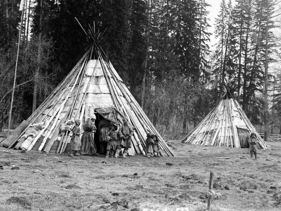 chumy-todzhinskix-tuvincev-krytye-berestyannym-polotnom-1924