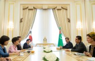 The two heads of state held a summit meeting where they agreed to expand the participation of Korean companies in Turkmen national development projects.<br /> <br /> In addition, the two sides vowed to improve cooperation between private companies and to expand the volume of trade and investment flowing between their countries, in order to build a more substantive relationship.