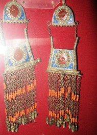 "Also, women wore earrings <i>jeti buttuu baldak</i> which means ""earrings with seven legs"". Another type of earrings is <i>jumuru soiko</i>, mainly worn by women of the Fergana Valley."