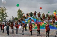 The program of the carnival included performances of culture and art figures, artists from the professional theaters, various art groups, famous singers and young talents of Tajik art, who created a festive atmosphere.