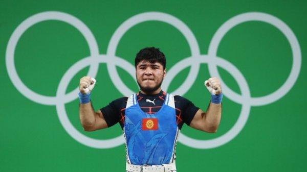 Китайский штангист ШиЧжиюн одержал победу золото наОИ
