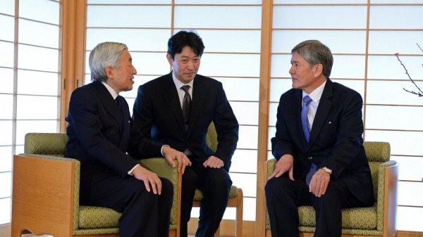 Десятки тыс. японцев вцентре Токио поздравили императора Акихито