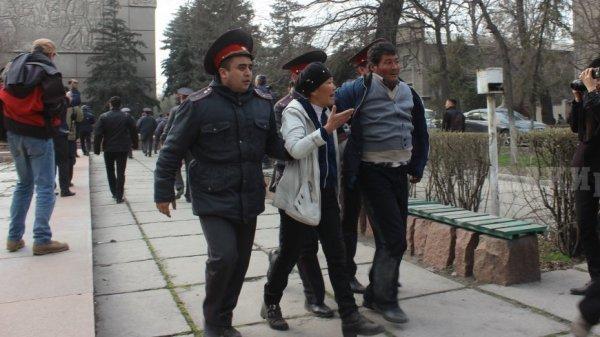 Бывший чиновник Киргизии схвачен запопытку захвата государственных зданий изаложника