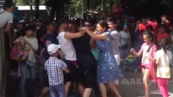 Девки показывают себя в парке видео фото 129-963