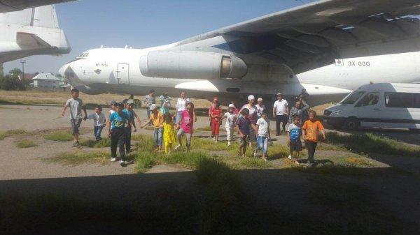В международном аэропорту «Ош» провели экскурсию для школьников из Чон-Алайского района - Tazabek