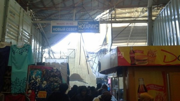 Казахстанцы пострадали при обрушении навеса нарынке «Дордой»