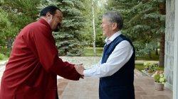 А.Атамбаев встретился с актером Стивеном Сигалом, который готов стать послом доброй воли Всемирных игр кочевников