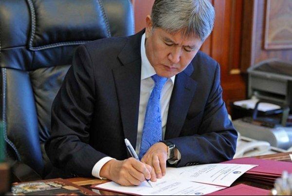 Алмазбек Атамбаев подписал закон, запрещающий браки-нике снесовершеннолетними