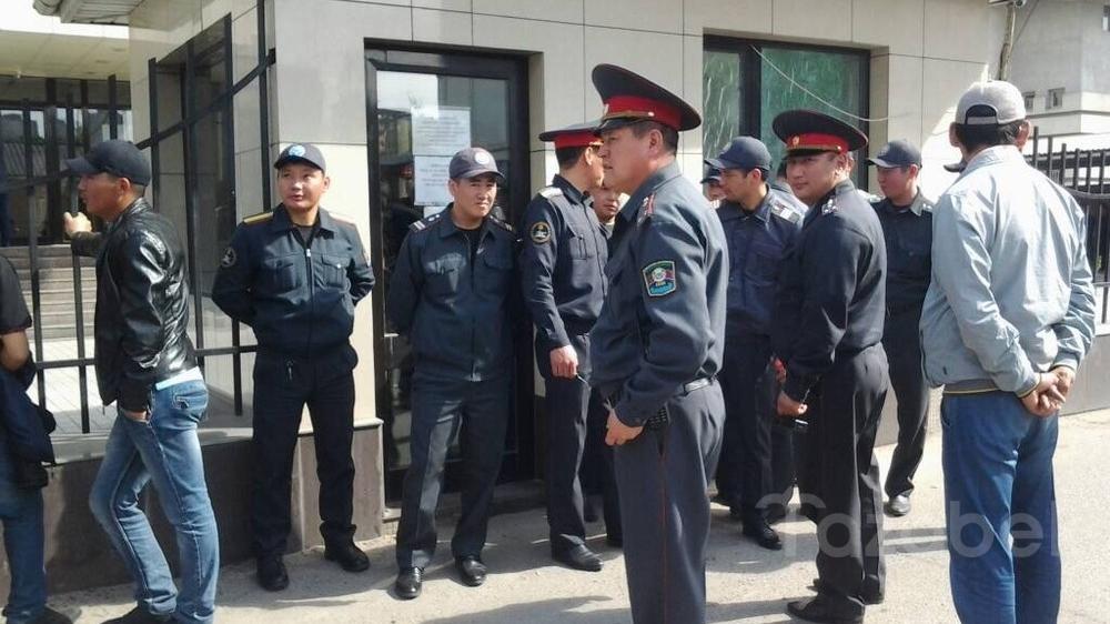 Фото — Милиционеры оцепили здание SapatCom, принадлежащее семье Н.Тюлеева — Tazabek