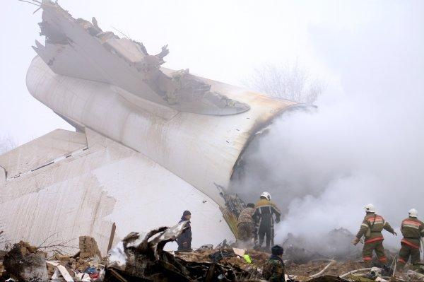 Пилот самолета, потерпевшего крушение под Бишкеком, скончался