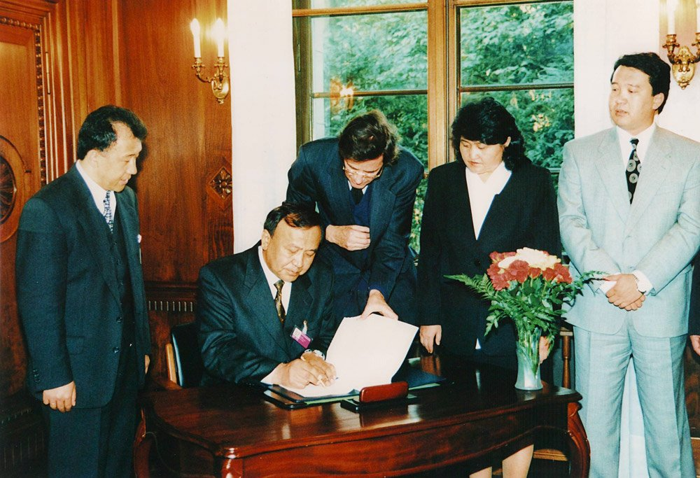 Эсенгул Омуралиев. Подписание протокола присоединения ко Всемирной торговой организации. 1998 год