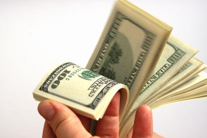 В Туркменистане вновь разрешено вывозить валюту