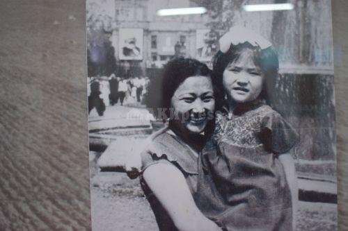 Акындын кызы Гүлсара жана небереси Наталья
