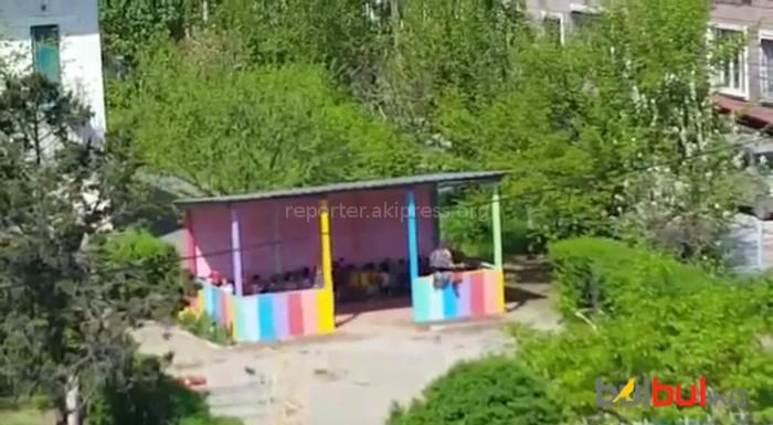 Пользователи соцсетей возмущены агрессивным поведением воспитательницы бишкекского детсада по отношению к ребенку (видео)