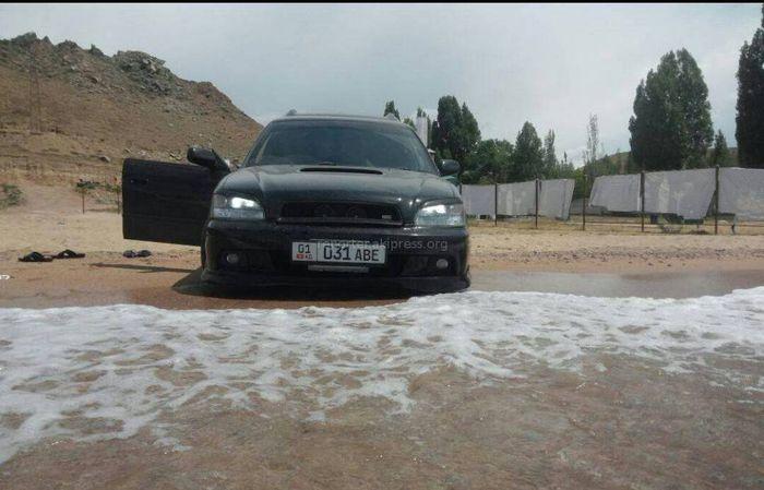 Subaru заехал на пляж Иссык-Куля, а Audi заехала в озеро (фото, видео)