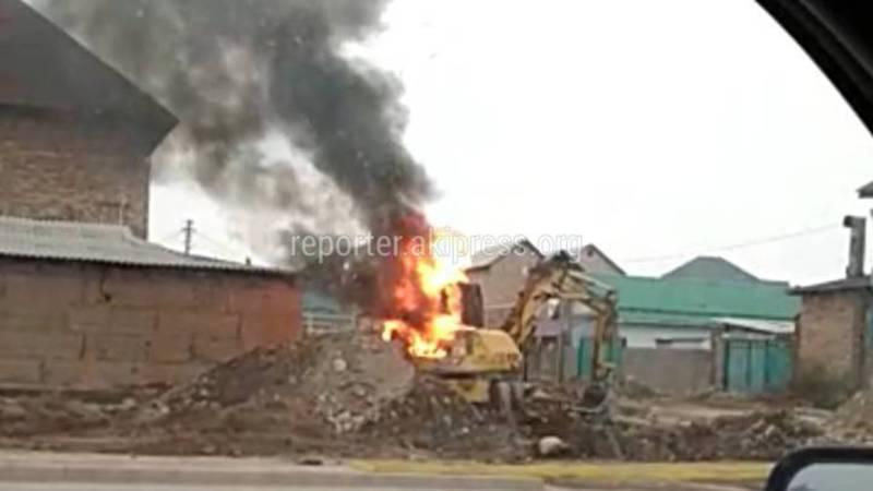 На участке ул.Ахунбаева загорелся экскаватор (видео)