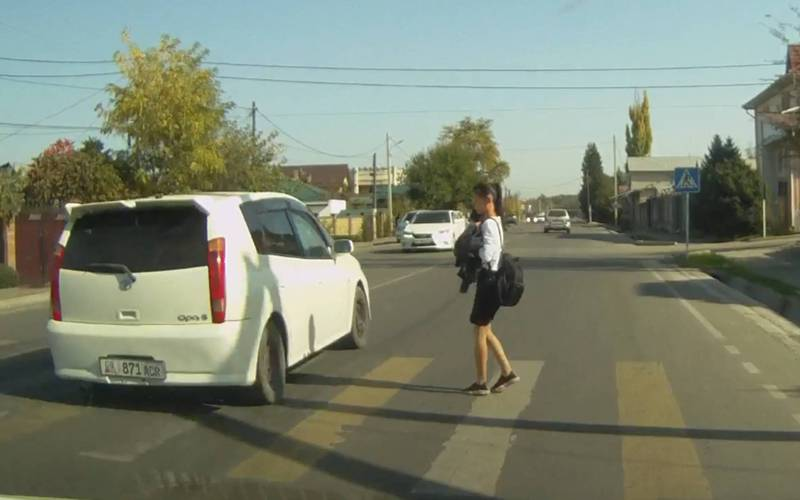 На улице Фрунзе водитель «Тойоты» чуть не сбил девочку на «зебре» (видео)