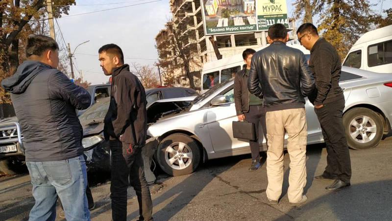 Три автомашины не поделили поворот и попали в ДТП. Видео