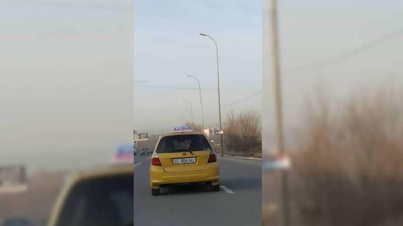 На Льва Толстого водитель такси создавал аварийную ситуацию. По Carcheck машина находится в аресте (видео)