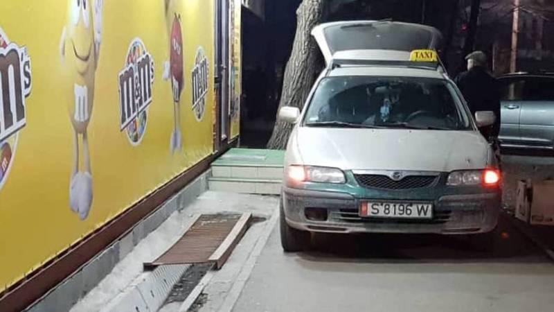 На улице Миррахимова в 5 мкр авто припарковали на тротуаре (фото)