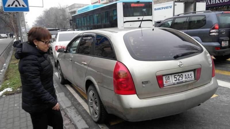 На ул.Токтогула «Ниссан» припарковали на «зебре»