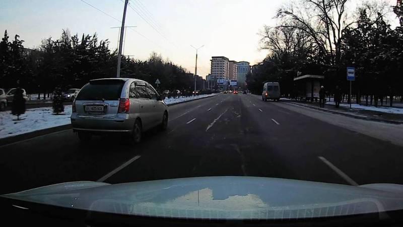 На ул.Токомбаева «Тойота» проехала на красный свет, не пропустив пешеходов (видео, фото)