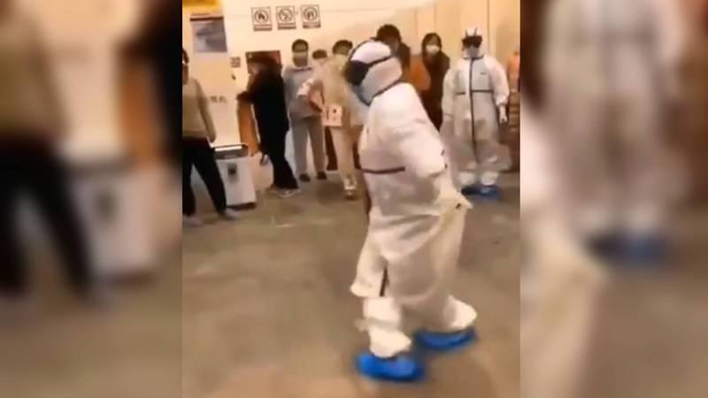 В Ухани казахстанский доктор исполнил «Кара-Жорго» для пациентов. Видео