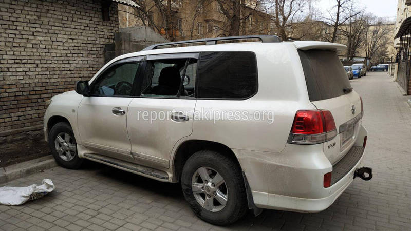 Неизвестные разбили стекла автомашины «Тойота Лендкрузер 200». Внедорожник принадлежит лидеру партии «Ордо»