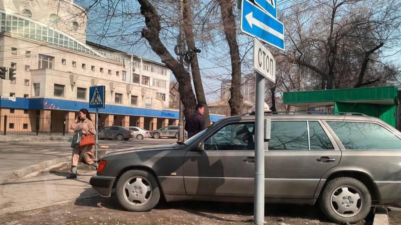 На Токтогула-Турусбекова таксисты паркуются в неположенном месте. Фото