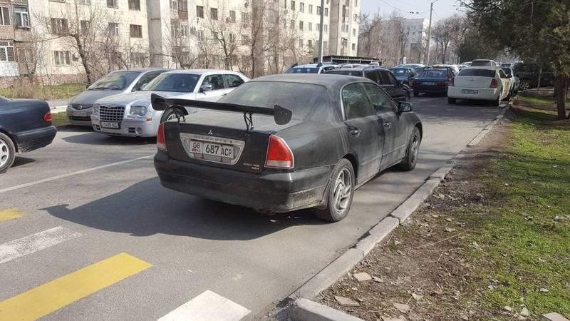 На ул.Жумабека водитель «Мицубиси» припарковался на проезжей части дороги. Фото