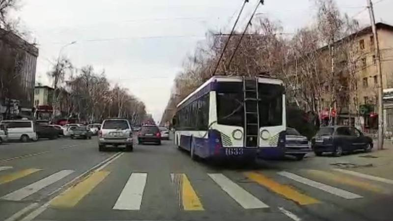 На улице Байтик Баатыра водитель «Ниссана» выехал на встречную полосу. Видео, фото
