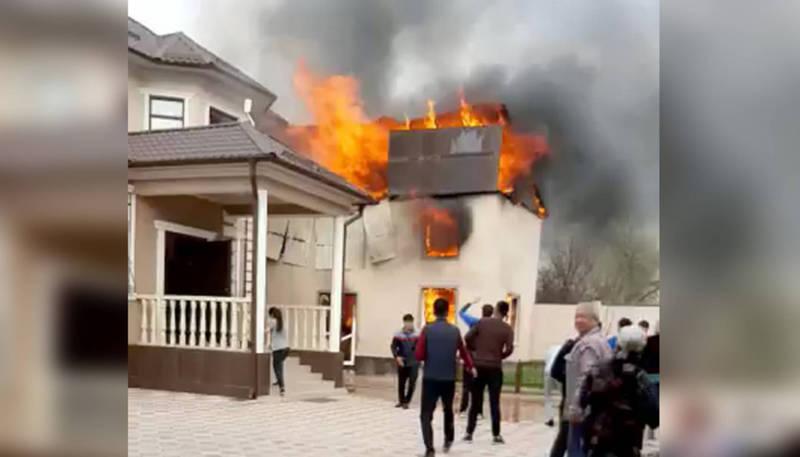 В Бишкеке горит жилой дом. Видео