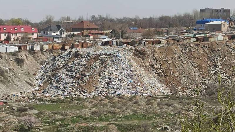 В 11 мкр карьерную яму заполняют мусором. Фото