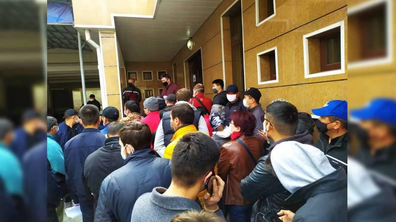 В комендатуре Бишкека очередь за пропусками. Видео, фото
