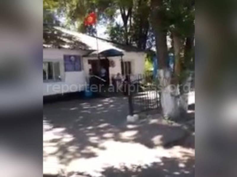 Территория возле здания Беловодского айыл окмоту замусорена (видео)