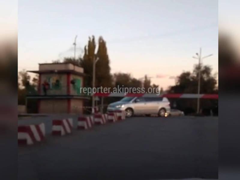 На железнодорожном переезде в Кара-Балте водители нарушают ПДД (видео)