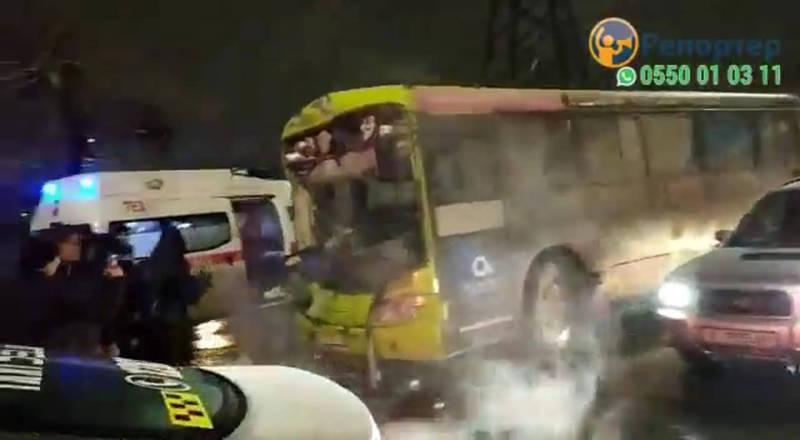 Фото, видео — На Гагарина-Термечикова столкнулись «Хонда», автобус и троллейбус. Есть пострадавшие