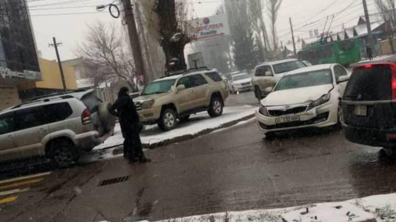 На улице Юнусалиева произошла авария. Видео, фото