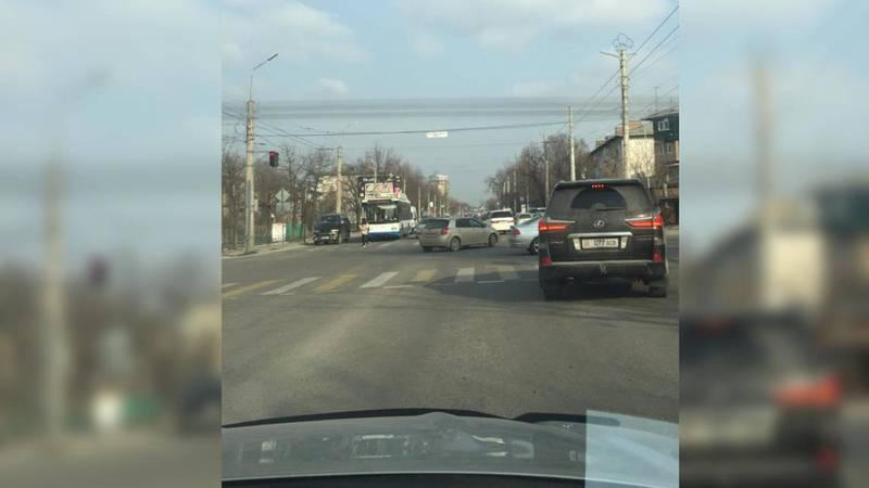 На Ахунбаева-Токтоналиева водитель «Лексуса» выехал за стоп-линию. Фото