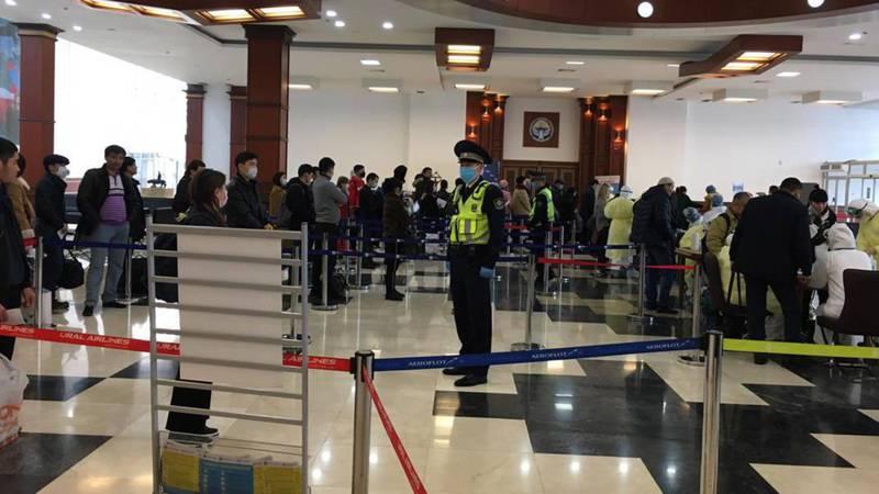 Бишкекчанин благодарит милиционеров в аэропорту «Манас» за их работу. Фото