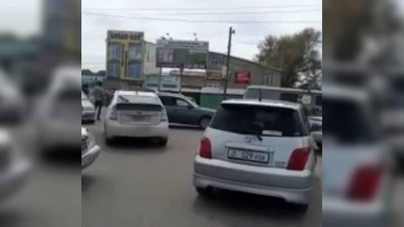 В Кара-Балте начал работать рынок, много машин и пробки, - горожанин. Видео
